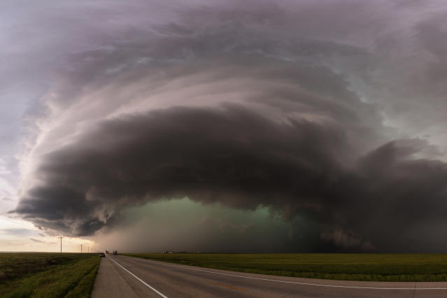 <p>A monster supercell begins to cross Highway 385 south of Lamar, Colo., on May 24, 2015. (Photo: Mike Olbinski/Caters News) </p>