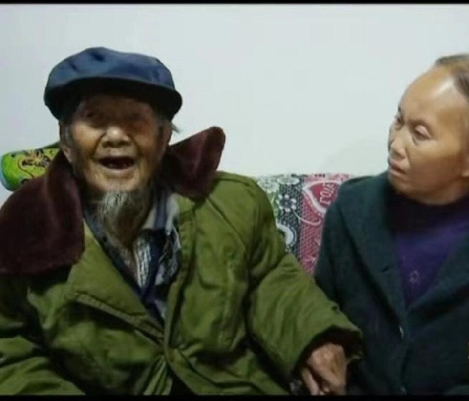 Dezliangz and her father in their Guizhou home.