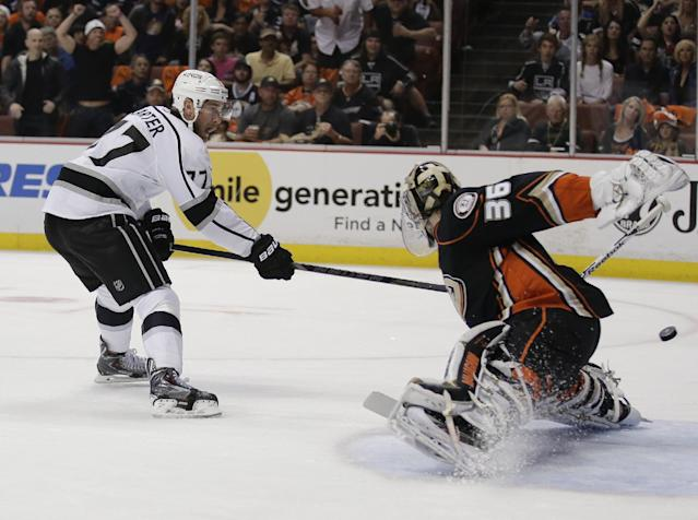 Los Angeles Kings center Jeff Carter, left, scores past Anaheim Ducks goalie John Gibson during the first period in Game 7 of an NHL hockey second-round Stanley Cup playoff series in Anaheim, Calif., Friday, May 16, 2014. (AP Photo/Chris Carlson)
