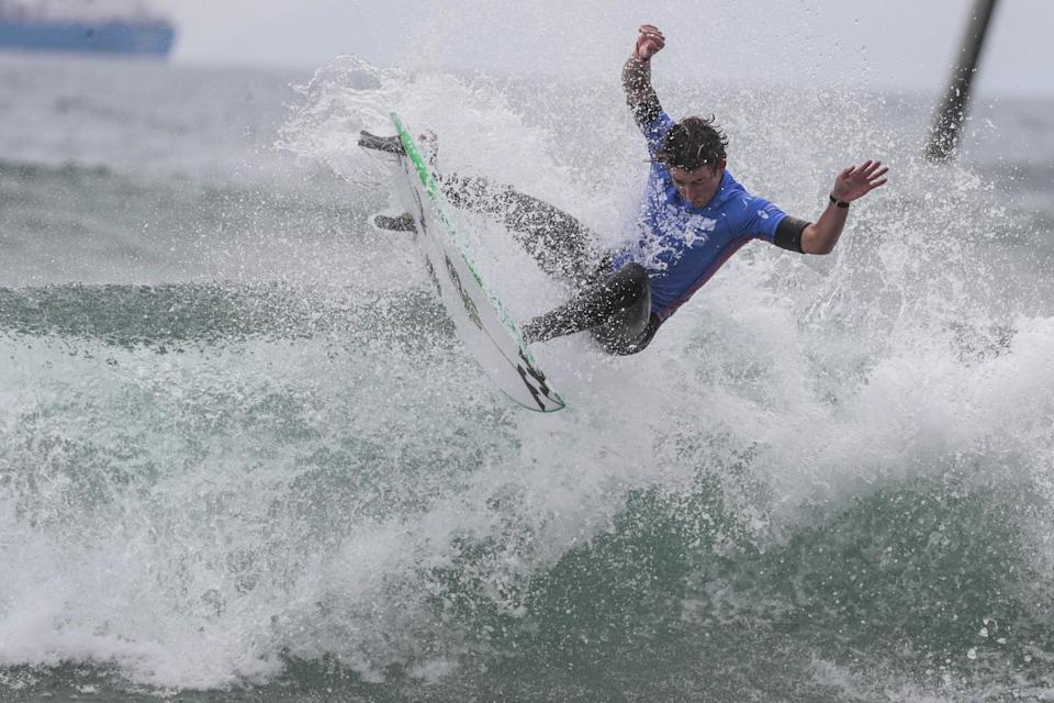 Griffin Colapinto lands an airborne cutback move, helping him seal a finals win in the U.S. Open of Surfing