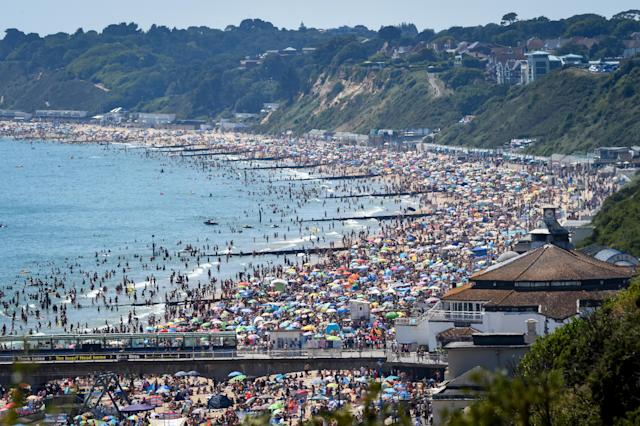 Überfüllter Strand in Bournemouth (Bild: Finnbarr Webster/Getty Images)
