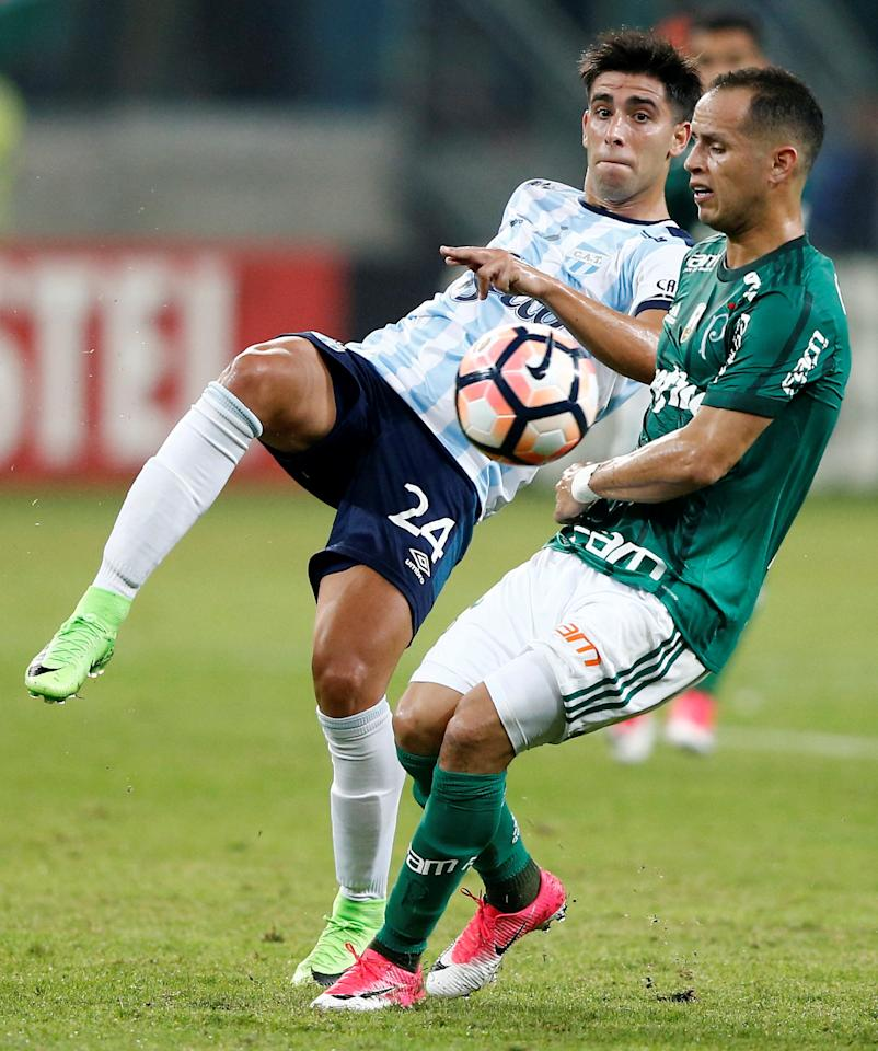 Soccer Football - Brazil's Palmeiras v Argentina's Atletico Tucuman - Copa Libertadores - Allianz Parque stadium stadium, Sao Paulo, Brazil - 24/5/17 - Leonel Di Placido (L) of Atletico Tucuman and Alejandro Guerra of Palmeiras in action.  REUTERS/Rodolfo Buhrer