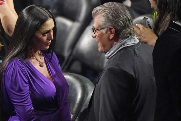 Vanessa Bryant, center, the wife of the Kobe Bryant, speaks to Connecticut women's basketball coach Geno Auriemma, before the start of the 2020 Basketball Hall of Fame enshrinement ceremony, Saturday, May 15, 2021, in Uncasville, Conn. (AP Photo/Kathy Willens)
