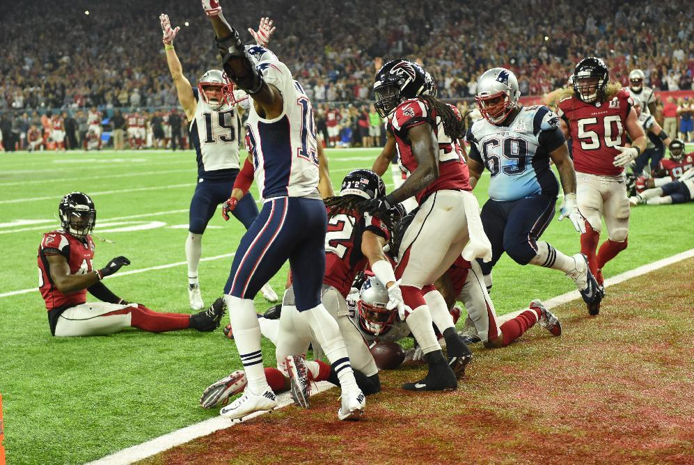 James White #28 of the New England Patriots scores the game winning touchdown in overtime against the Atlanta Falcons during Super Bowl 51 at NRG Stadium on February 5, 2017 in Houston, Texas (AFP Photo/Timothy A. CLARY                  )
