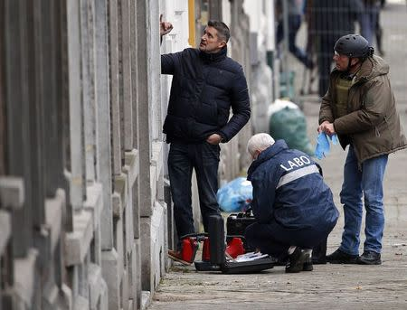 Belgian police investigators inspect the entrance of an apartment in central Verviers, a town between Liege and the German border, in the east of Belgium January 16, 2015. REUTERS/Yves Herman