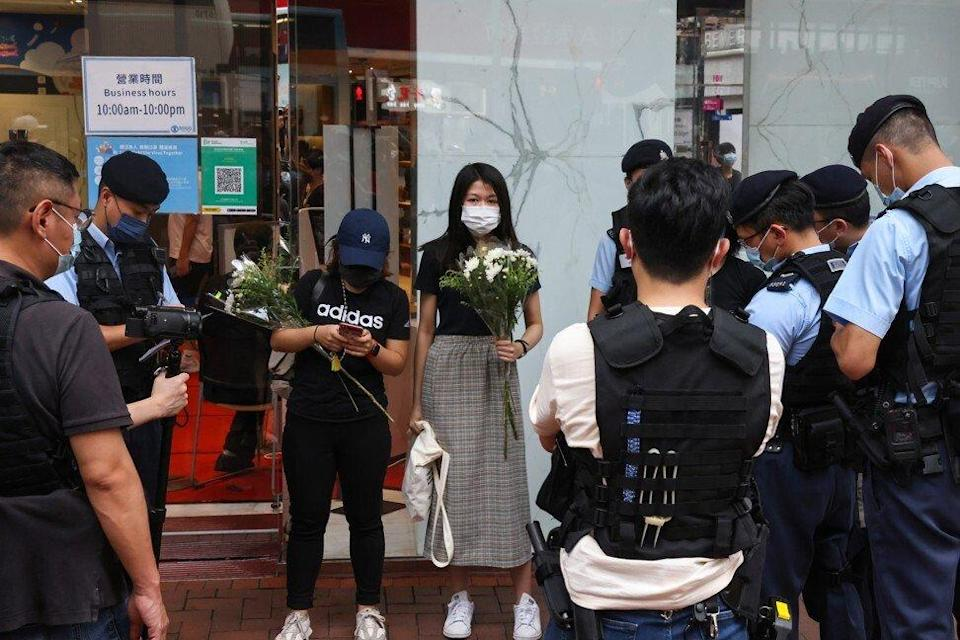 Police questioned those who arrived at the scene to lay flowers for the knifeman. Photo: K. Y. Cheng