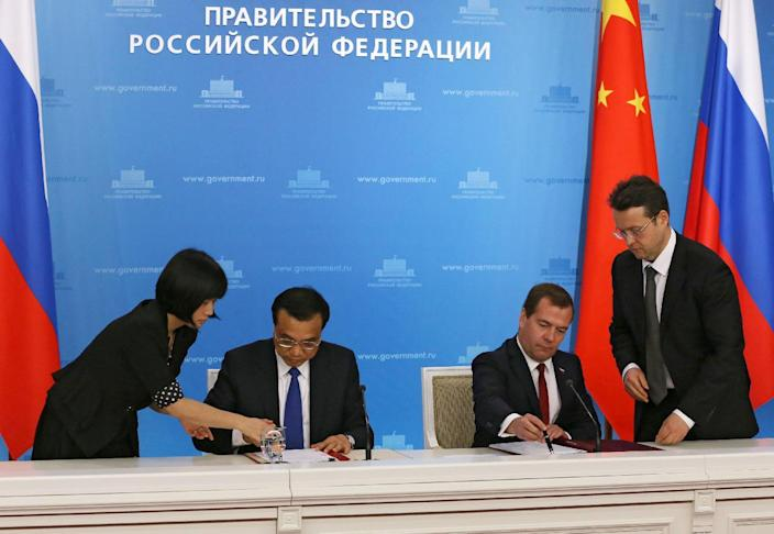 Visiting Chinese Prime Minister Li Keqiang (2L) and his Russian counterpart Dmitry Medvedev (2R) oversaw the signing of 38 agreements, including a deal to open a yuan-ruble swap line worth 150 billion yuan ($24.5 billion) (AFP Photo/Ekaterina Shtukina)