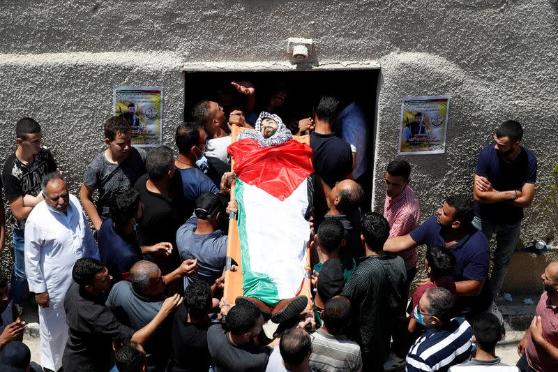Mourners carry the body of Palestinian man Yakoub in the?Israeli-occupied West Bank