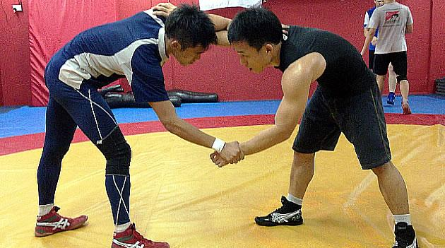 Singapore's national freestyle and Greco-Roman wrestlers in a sparring session at their Jurong home. (Yahoo! Photo)