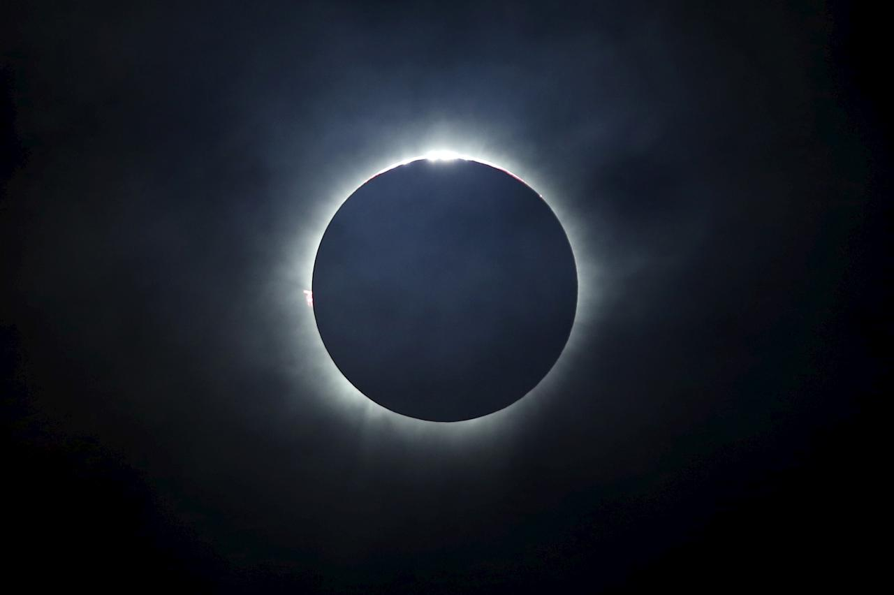 <p>A total solar eclipse is seen from the beach on Ternate island, Indonesia, March 9, 2016. (Photo: Beawiharta/Reuters) </p>
