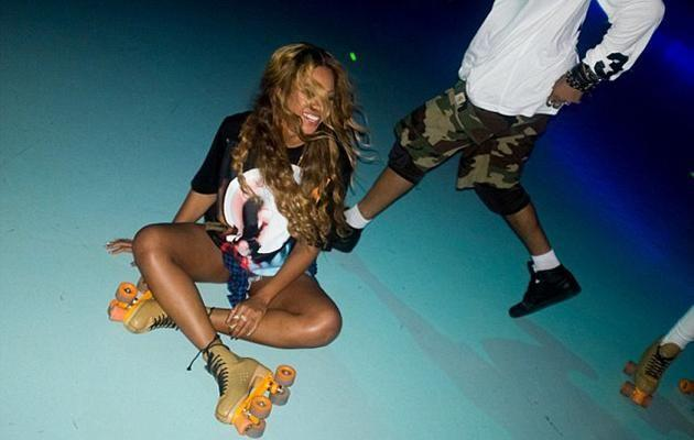 The group arrived to the roller rink at around 11pm. Source: beyonce.com