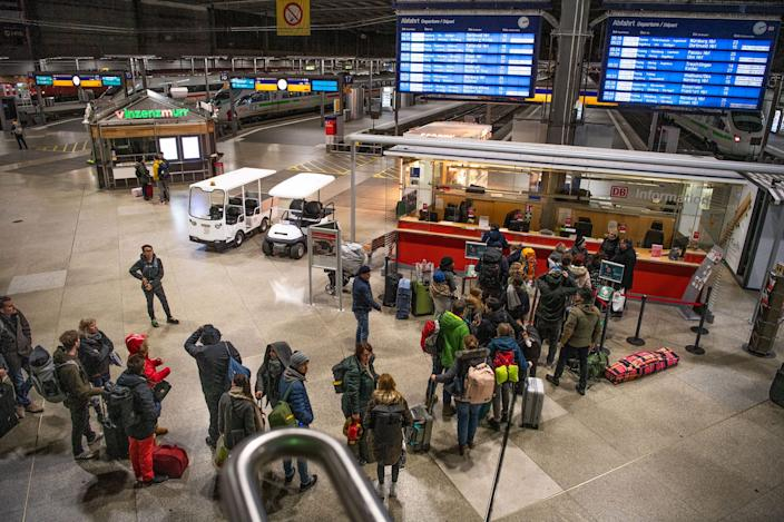 A queue of stranded travelers is standing in line at the Deutsche Bahn information desk. The train, stopped at the Brenner Pass for fear of the corona virus, arrived in Munich early Monday morning, several hours late, from Venice.
