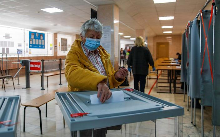 A woman casts her ballot in Tomsk - REUTERS/Maxim Shemetov