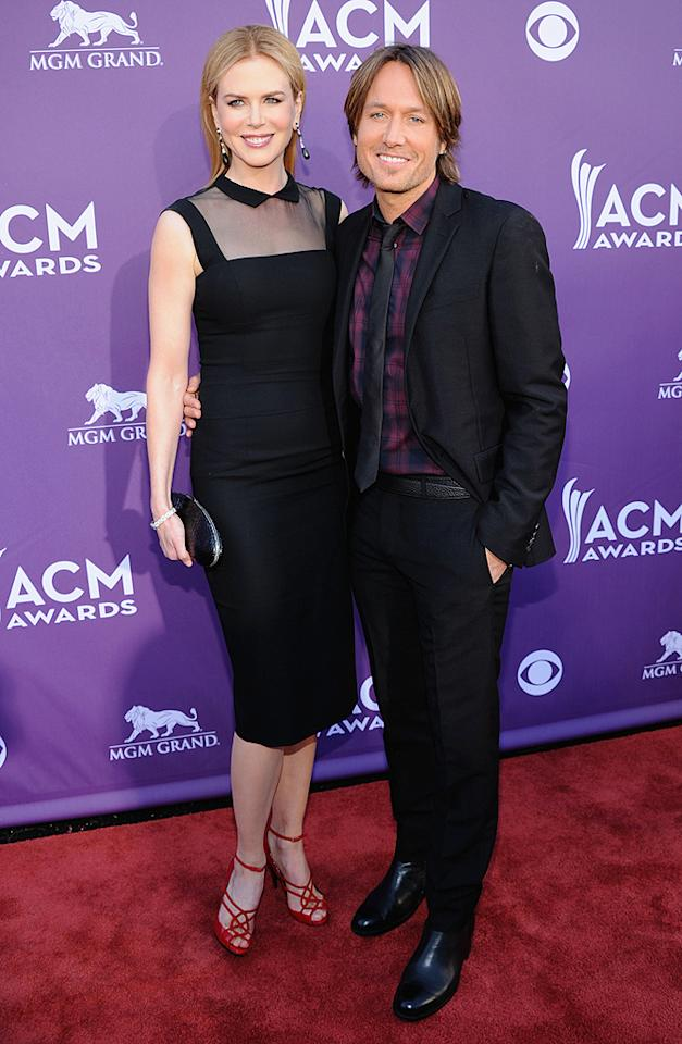 "<p class=""MsoNormal"">Oscar-winning actress Nicole Kidman cozied up to her country music star husband Keith Urban. While the ""Moulin Rouge"" star is often panned for her fashion choices, in this case, everything but her footwear gets our seal of approval.</p>"