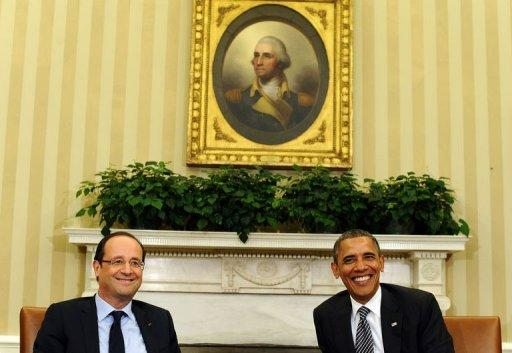 US President Barack Obama (R) and French President Francois Hollande smile during a bilateral meeting in the Oval Office