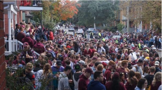 The Panda Game in 2018 attracted this large crowd, which has led to more planning by police and the University of Ottawa. (Radio-Canada - image credit)