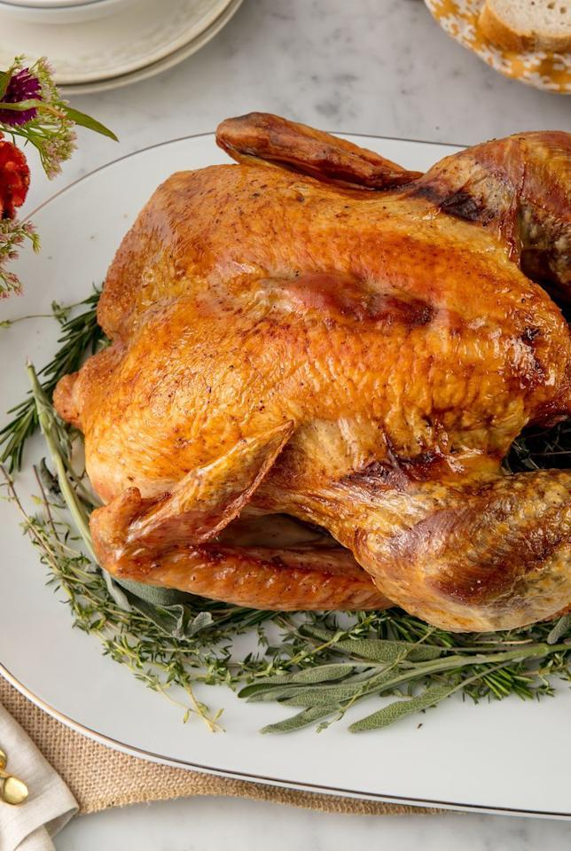 """<p>Want to know how to cook the perfect oven roast turkey? Keep things simple and super easy by following this recipe.</p><p>Get the <a href=""""https://www.delish.com/uk/cooking/recipes/a29557866/best-oven-roast-turkey-recipe/"""" target=""""_blank"""">Oven Roasted Turkey</a> recipe.</p>"""