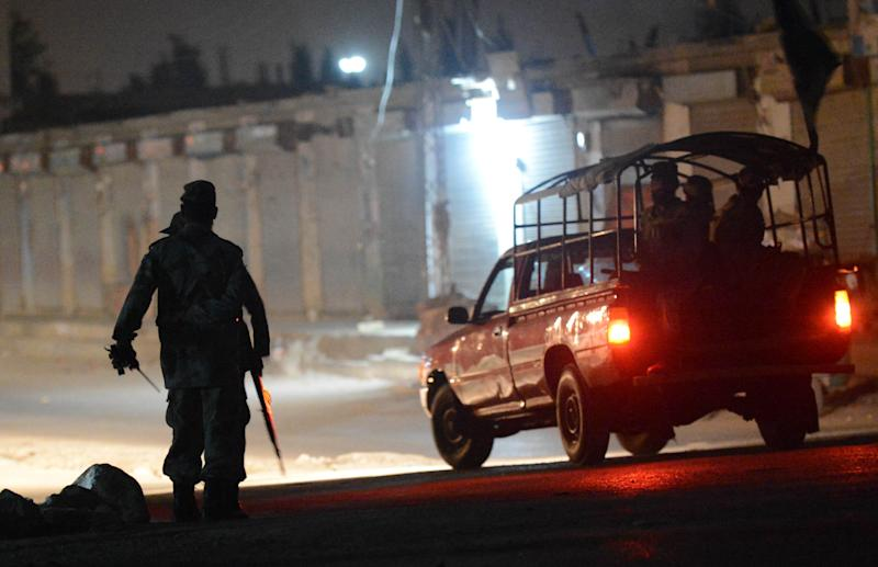Pakistani security forces arrive to take position near a military airbase in Quetta after an attack by militants late on August 14, 2014 (AFP Photo/Banaras Khan)