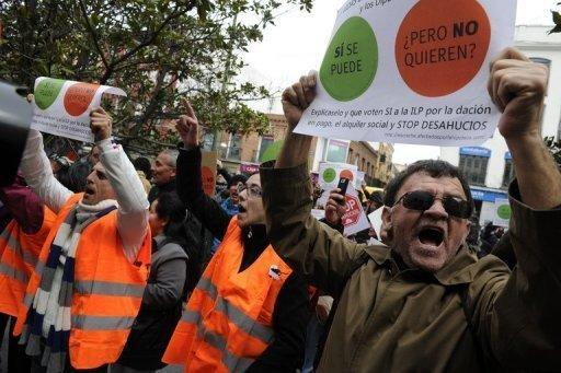 Spaniards protest evictions on lawmakers' doors