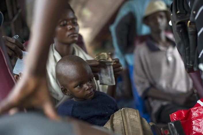 A mother and her child sit on a bus leaving Bujumbura on May 9, 2015 (AFP Photo/Phil Moore)