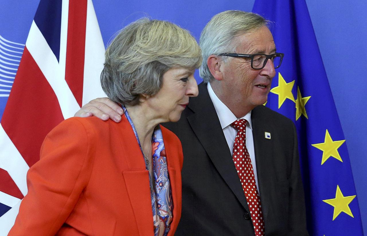 British Prime Minister Theresa May (L) is welcomed by European Commission President Jean-Claude Juncker at the EC headquarters in Brussels, Belgium October 21, 2016.  REUTERS/Yves Herman      TPX IMAGES OF THE DAY