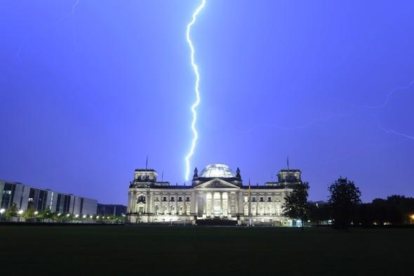 Amazing pic: Lightning rages behind Berlin's famous Reichstag building