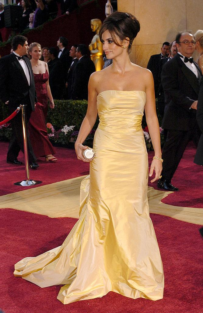 Penelope Cruz wears Oscar de la Renta to the 77th Academy Awards. (Photo: Getty)
