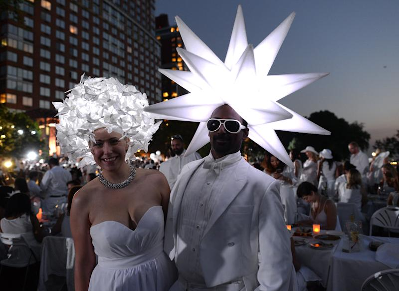 Guests attend the annual Diner en Blanc at Nelson A. Rockefeller Park in New York, August 25, 2014 (AFP Photo/Timothy A. Clary)
