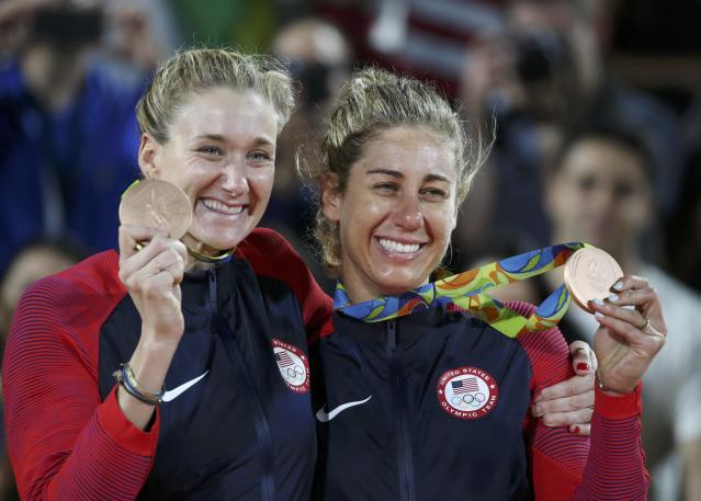 2016 Rio Olympics - Beach Volleyball - Women's Victory Ceremony - Beach Volleyball Arena - Rio de Janeiro, Brazil - 17/08/2016. Kerri Walsh (USA) of USA and April Ross (USA) of USA pose with their bronze medals. REUTERS/Tony Gentile FOR EDITORIAL USE ONLY. NOT FOR SALE FOR MARKETING OR ADVERTISING CAMPAIGNS.