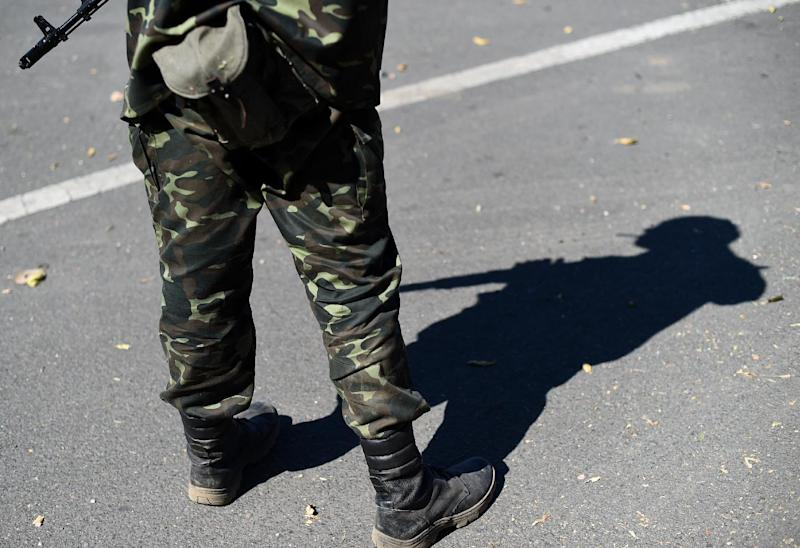 A Pro-Russian fighter guards a checkpoint near Donetsk airport on September 2, 2014 (AFP Photo/Francisco Leong)