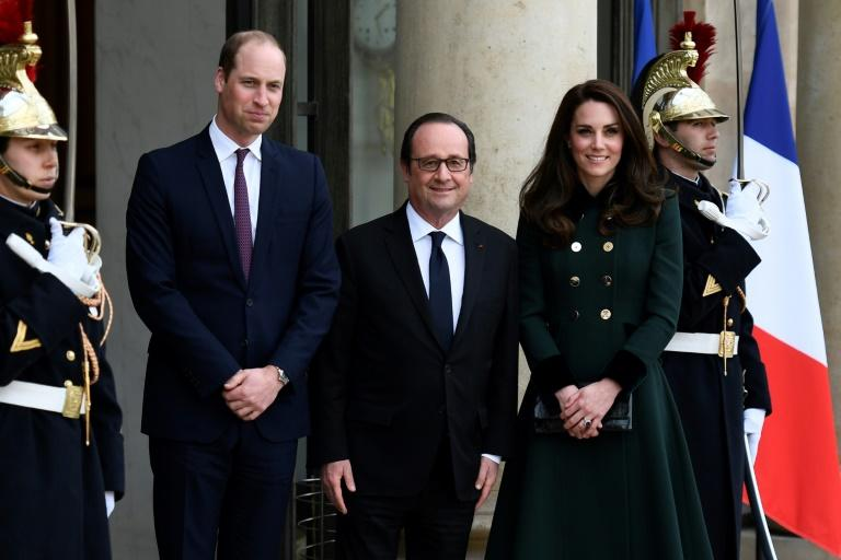 French President Francois Hollande (C) welcomes Britain's Prince William (L), The Duke of Cambridge, and his wife Kate, the Duchess of Cambridge at the Elysee Palace in Paris on March 17, 2017