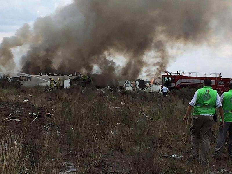 Emergency personnel at the scene of the crash (EPA/Civil Protection State Coordination)
