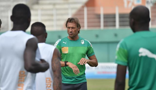 Ivory Coast's National football team coach Herve Renard speaks to players during a training session at the Felix Houphouet-Boigny Stadium in Abidjan on November 18 , 2014 (AFP Photo/Issouf Sanogo)