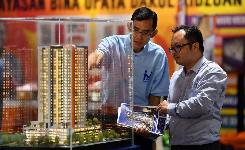 Oh Ei Sun, a senior fellow with the Singapore Institute of International Affairs, suggested that the government should encourage construction of more affordable housing instead of luxury properties. — Bernama pic