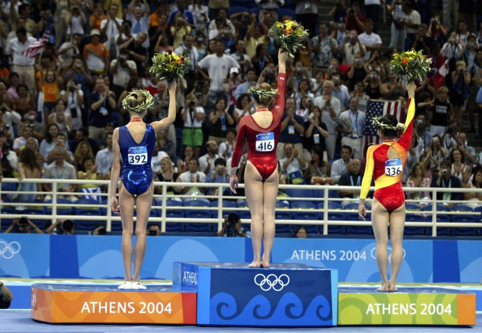 ATHENS, GREECE - AUGUST 19: Kunstturnen: Olympische Spiele Athen 2004, Athen; Mehrkampf / Einzel / Frauen; Siegerehrung; Svetlana KHORKINA / RUS / Silber, Carly PATTERSON / USA / Gold, Nan ZHANG / CHN / Bronze 19.08.04. (Photo by Martin Rose/Bongarts/Getty Images)