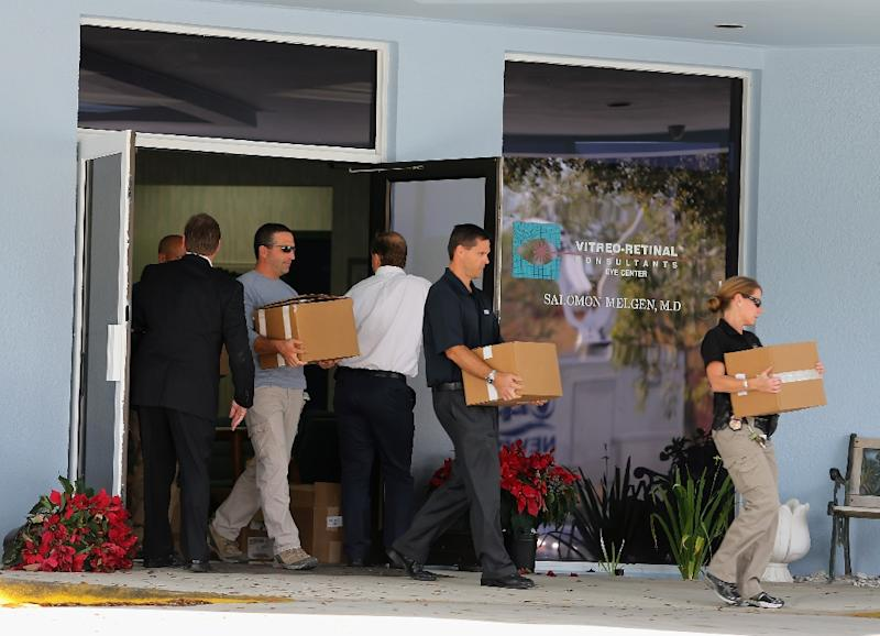 FBI agents and other law enforcement officials carry boxes out of the medical office of Salomon Melgen on January 30, 2013 in West Palm Beach (AFP Photo/Joe Raedle)