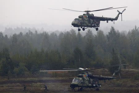 Servicemen get off a Mi-8 helicopter during the Zapad 2017 war games at a range near the town of Borisov, Belarus September 20, 2017. REUTERS/Vasily Fedosenko
