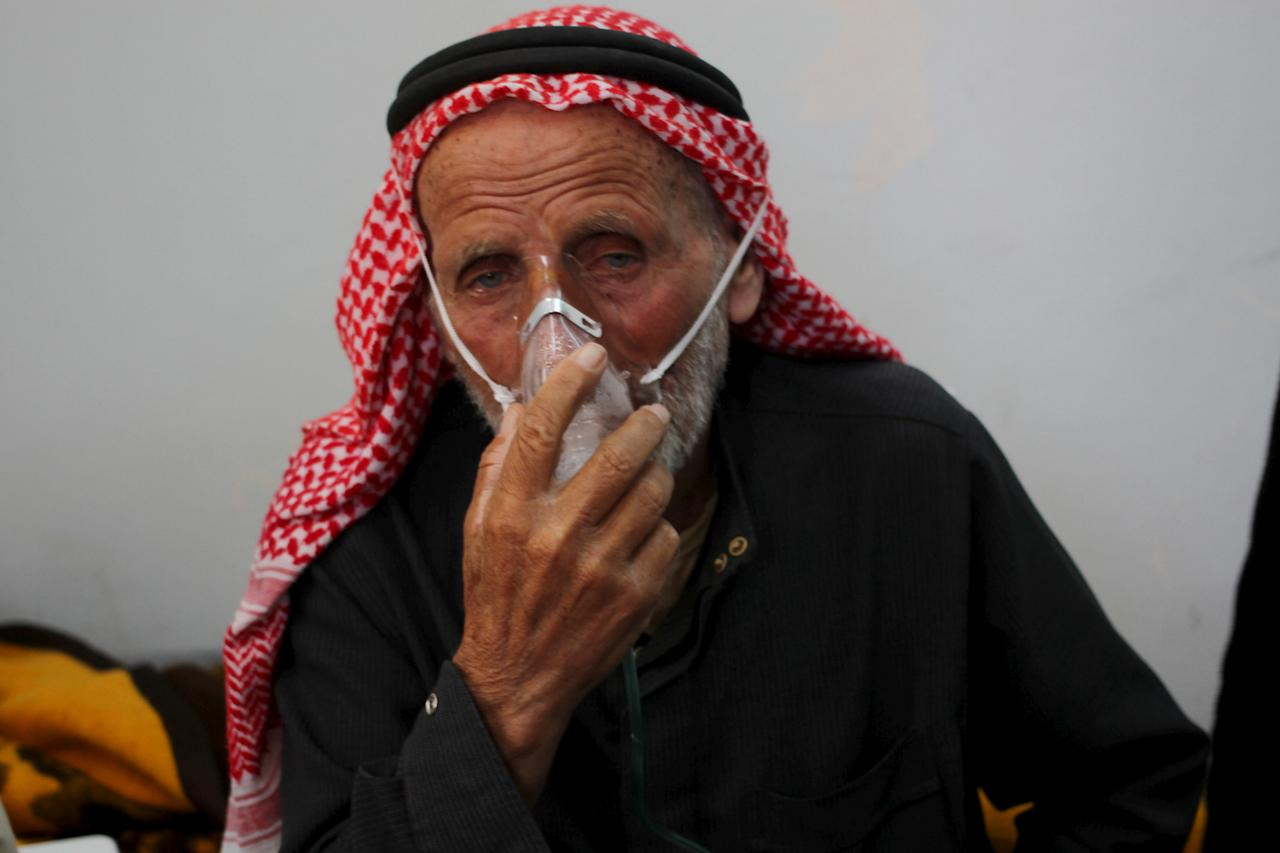 FILE PHOTO: A man breathes through an oxygen mask after what activists said was a chlorine gas attack on Kansafra village at Idlib countryside, Syria May 7, 2015. REUTERS/Abed Kontar/File Photo To match Special Report MIDEAST-CRISIS/SYRIA-CHEMICALWEAPONS