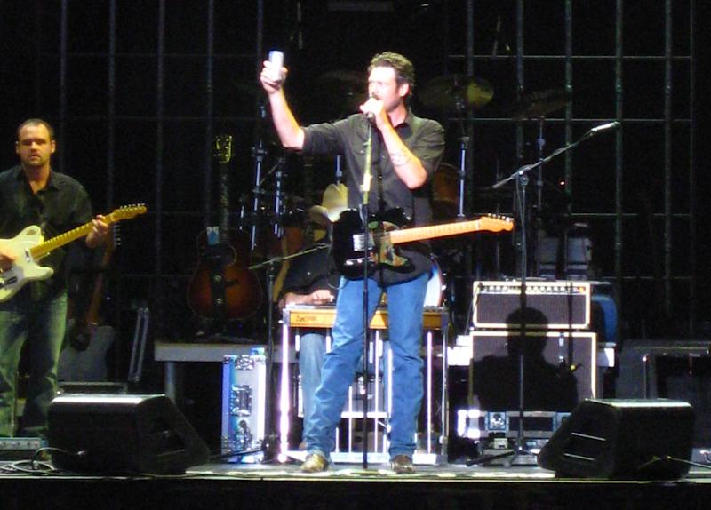 During a concert, Shelton stuns in a casual T-shirt and blue denim pant to match