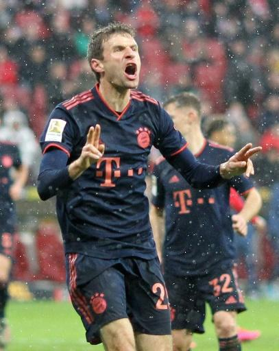 Mueller celebrates scoring in the 3-1 win at Mainz