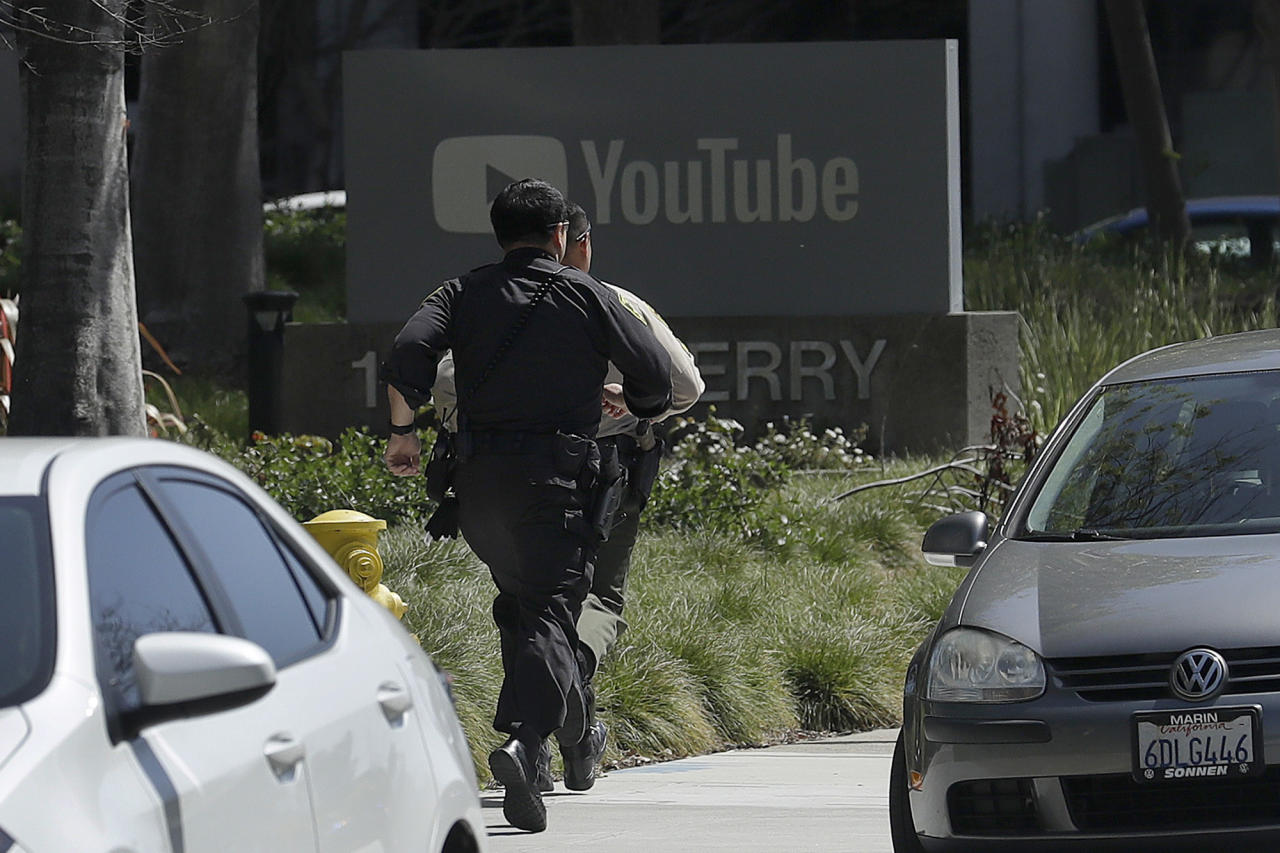 <p>Officers run toward a YouTube office in San Bruno, Calif., April 3, 2018. (Photo: Jeff Chiu/AP) </p>