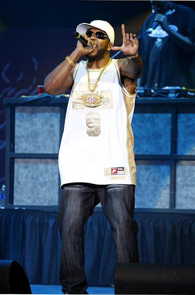 """""""Low"""" rapper Flo Rida raised the roof with a rousing rendition of his #1 single. Jeffrey Mayer/<a href=""""http://www.wireimage.com"""" target=""""new"""">WireImage.com</a> - May 10, 2008"""