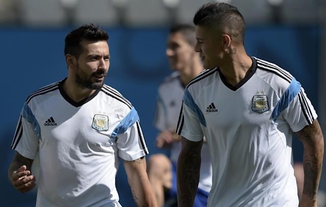 Argentina forward Ezequiel Lavezzi (L) chats with defender Marcos Rojo during a training session at The Corinthians Arena in Sao Paulo on June 30, 2014 (AFP Photo/Juan Mabromata)