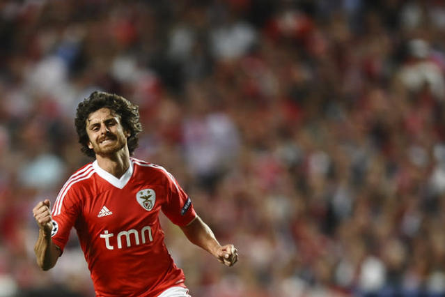 Benfica's Argentine midfielder Pablo Aimar reacts after missing a goal opportunity during their UEFA Champions League quarter finals football match against Chelsea at Luz Stadium in Lisbon on March 27, 2012. (Photo by Paul Ellis /AFP/Getty Images)