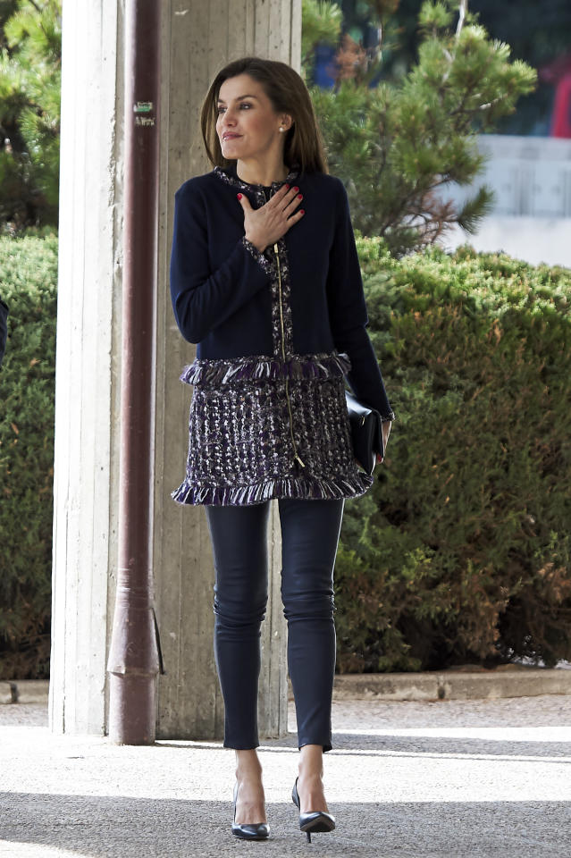 <p>La reina letizia fue captada en pantalones causales/Getty Images </p>