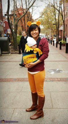 "Vía <a href=""http://www.costume-works.com/costumes_for_families/mama-pooh-n-her-sweet-honey.html"" target=""_blank"">Costume-Works.com</a>"