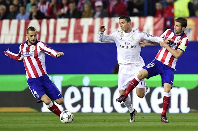 Real Madrid's Cristiano Ronaldo (C) fights for the ball with Atletico Madrid's Mario Suarez (L) and Gabi during their UEFA Champions League quarter-final, 1st leg match, in Madrid, on April 14, 2015 (AFP Photo/Javier Soriano)