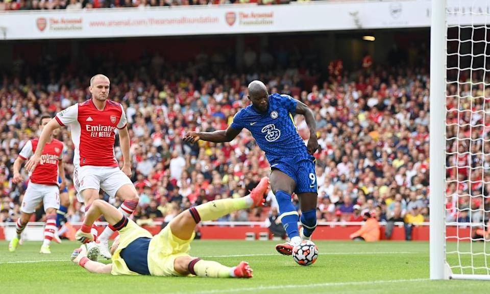 Romelu Lukaku scores against Arsenal after bullying the Arsenal defence.