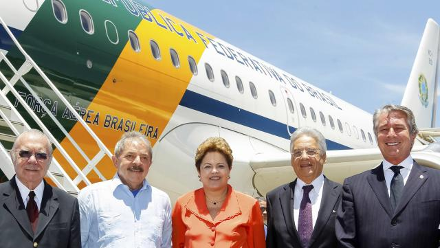 Brazil's President Dilma Rousseff (C) poses for photos in Rio de Janeiro with former Brazilian Presidents Jose Sarney (L), Luiz Inacio Lula da Silva (2nd L), Fernando Henrique Cardoso (2nd R) and Fernando Collor (R) before flying to Johannesburg to attend the funeral of former South African President Nelson Mandela, December 9, 2013. REUTERS/Roberto Stuckert Filho/Brazilian Presidency/Handout via Reuters (BRAZIL - Tags: POLITICS) ATTENTION EDITORS - THIS IMAGE HAS BEEN SUPPLIED BY A THIRD PARTY. IT IS DISTRIBUTED, EXACTLY AS RECEIVED BY REUTERS, AS A SERVICE TO CLIENTS. FOR EDITORIAL USE ONLY. NOT FOR SALE FOR MARKETING OR ADVERTISING CAMPAIGNS