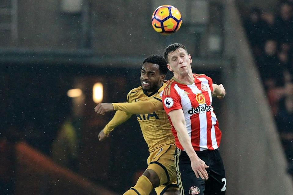Sunderland's Billy Jones (R) fights for the ball with Tottenham Hotspur's Danny Rose during their English Premier League match, at the Stadium of Light in Sunderland, on January 31, 2017 (AFP Photo/Lindsey PARNABY)